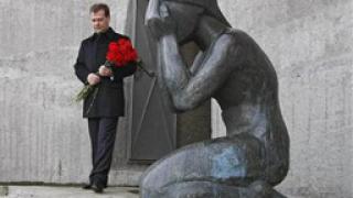 Медведев почете жертвите на Сталин
