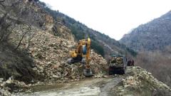 В петък ще обрушват скалите на пътя Девин-Кричим