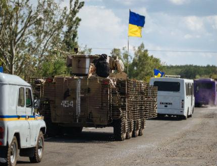 Сепаратистите изтеглят танковете и бронираните машини, Киев не вярва
