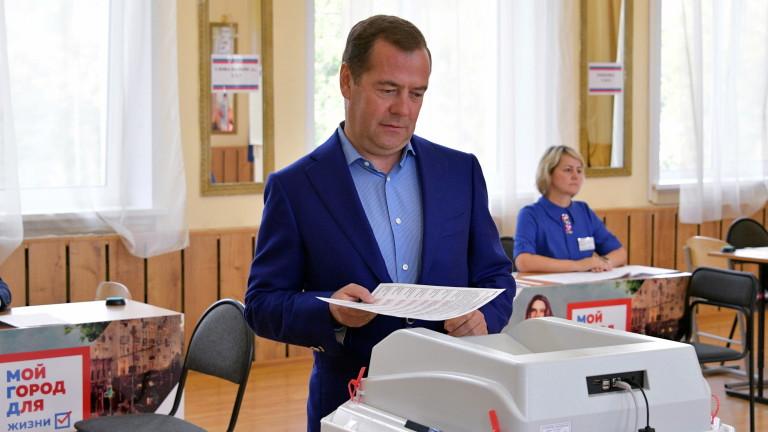 """Медведев: """"Единна Русия"""" все още е водеща сила в страната"""