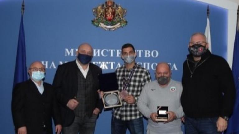 Министър Красен Кралев връчи почетен плакет на ММС на джудиста Ивайло Иванов