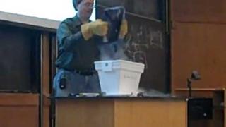 Професор унищожава лаптоп на студент с течен азот