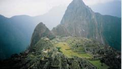 Автобус падна в 400-метрова пропаст в Перу, 15 души загинаха