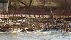 Почистиха плаващото сметище в река Струма край Невестино