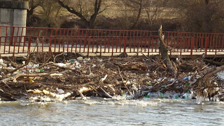 Сметище от отпадъци се образува на р. Струма край с.