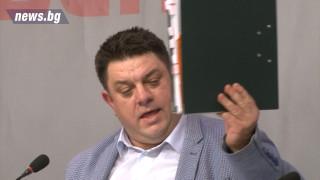 БСП размаха папка с данни срещу Делян Добрев