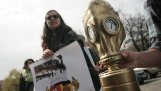 """Фандъкова със """"златен противогаз"""" за """"принос"""" към софийския въздух"""