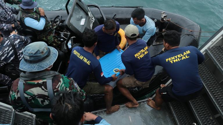 """Близо 3 месеца по-късно откриха втората """"черна кутия"""" на падналия самолет в Индонезия"""
