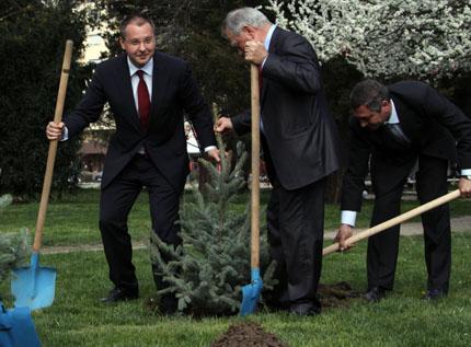 Станишев и космонавти садят дръвчета