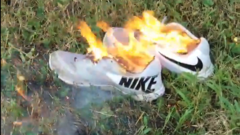 Защо в САЩ горят екипите си Nike
