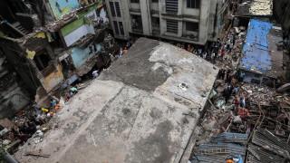 39 жертви и 25 ранени след рухването на сграда край Мумбай