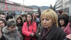 Изплащат заплатите на шивачките от Дупница, споразумя се Манолова