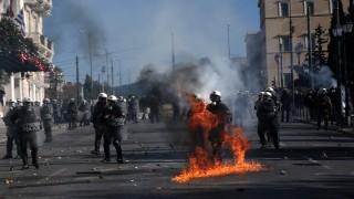 Сълзотворен газ срещу протестиращи младежи в Гърция