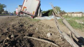 """Камион е паднал в канавката край пътен възел """"Цалапица"""""""