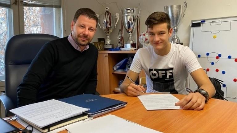 Патрик-Габриел Галчев подписа професионален договор с Левски. Юношата на ПФК
