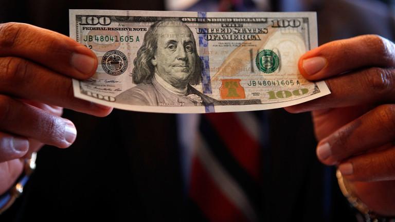 Доларът слезе от двумесечен пик, но е стабилен спрямо основните валути
