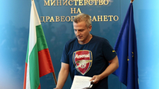 Министър Москов втрещи репортери с фланелка на Арсенал