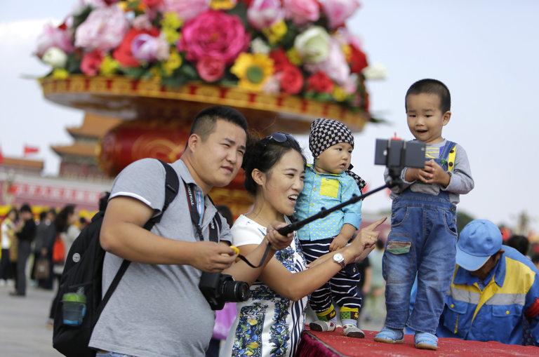 Китай вече позволява на семействата да имат по 2 деца, но раните от миналото остават