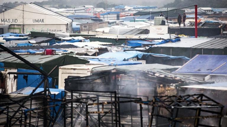 Френската полиция е влязла в импровизиран мигрантски лагер край северния
