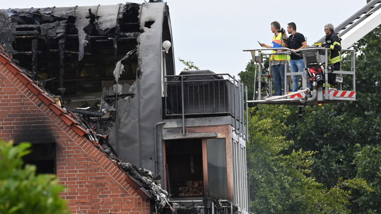Малък самолет се е разбил в жилищна сграда в германската