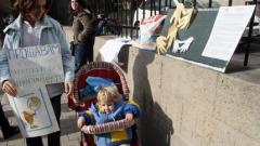"""Долу ръцете от родилките, протестират майки пред """"Шейново"""""""