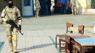 Най-малко 10 египетски войници убити при атаки с коли бомби в Синай