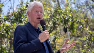 """""""Уикилийкс"""" разкри доходоносните бизнес сделки на Бил Клинтън"""