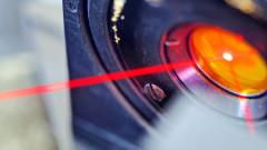 Възможно ли е да отключим Tesla или iPhone с лазер