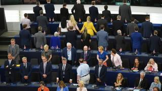 Евродепутатите на Фараж обърнаха гръб на химна на ЕС на първото заседание на ЕП