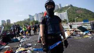 Размириците в Хонконг не стихват - простреляха полицай със стрела