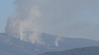 200 души, служители, доброволци и пожарникари гасят пожара в Рила
