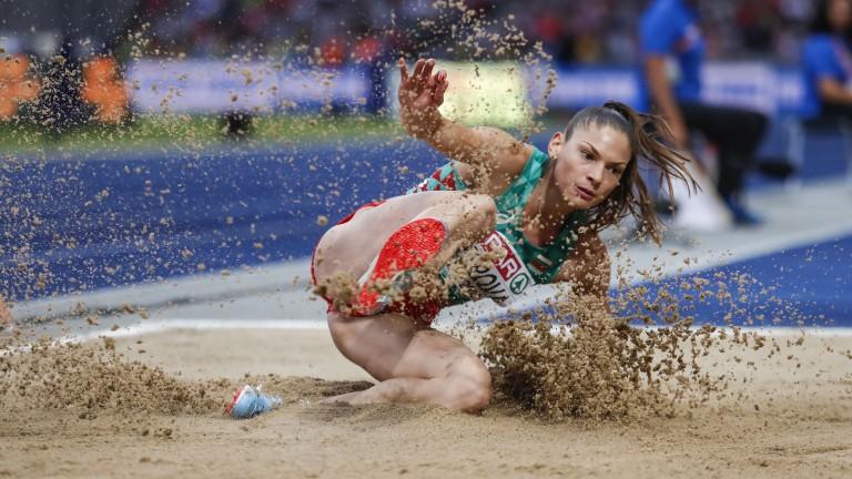 Габриела Петрова си тръгна усмихната след финала на троен скок