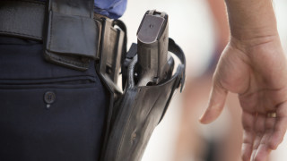 20-годишен задигна полицейски пистолет и избяга при опит да бъде задържан