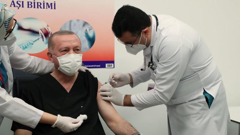 Турският президент Реджеп Ердоган днес публично се ваксинира срещу COVID-19