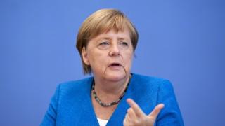 """Меркел """"би сторила същото"""" пет години след наплива на мигранти в Германия"""