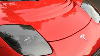На червено ли е Tesla?