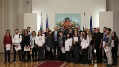 Президентски стипендии за образование дават стимул на 30 сираци