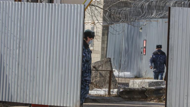 Руският опозиционер Алексей Навални съобщи, че затворническите власти го заплашват