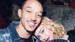 Страстните целувки на Мадона и младото й гадже