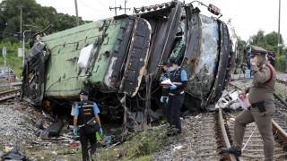 Най-малко 20 загинали при катастрофа на автобус с влак в Тайланд