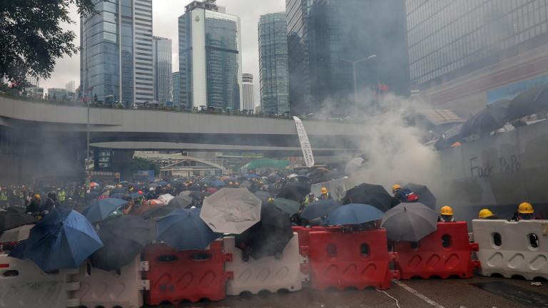 Протестиращите изгориха китайско знаме и полицията изстреля сълзотворен газ в