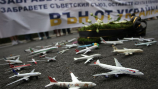 """""""Десните"""" приземиха няколко самолета пред руското посолство в София"""