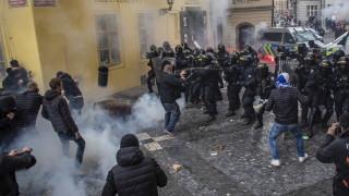 Поне 20 ранени в Прага при сблъсъци на полиция с протестиращи срещу ограничения за коронавируса
