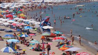 Туристи се оплакват от липсата на място по плажовете на Приморско
