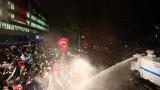 """С водни оръдия и сълзотворен газ турската полиция нахлу в редакцията на """"Заман"""""""
