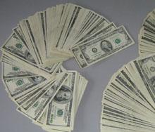 Доларът леко отстъпва днес