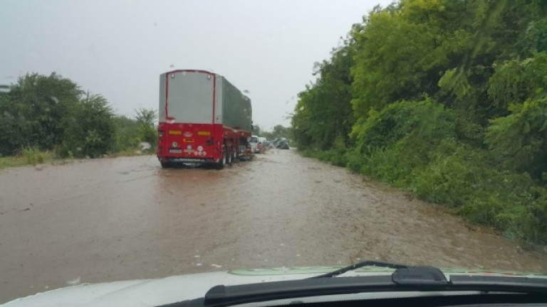 Наводнен е главният път София - Варна между селата Козаревец