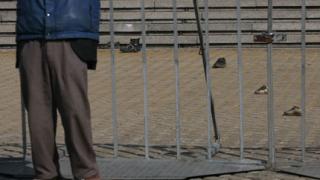 Протестиращи замериха парламента със стари обувки