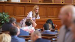 """Ангелкова прогнозира """"лек"""" спад в туризма - до 8% по Черноморието"""