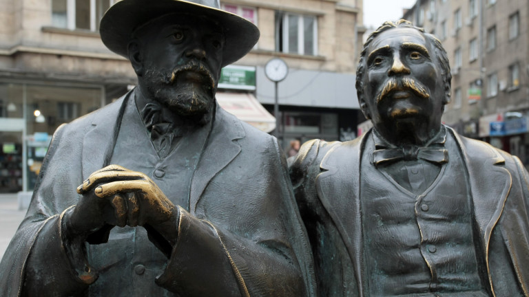 Част от бронзовата статуя на Петко и Пенчо Славейкови от